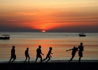 Partita al tramonto su una spiaggia di Zanzibar, Tanzania